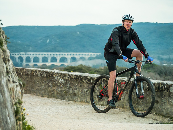 Randonné à vélo en soirée autour du Pont du Gard