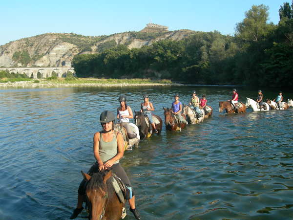 Balade à cheval et traversée de rivière en Ardèche