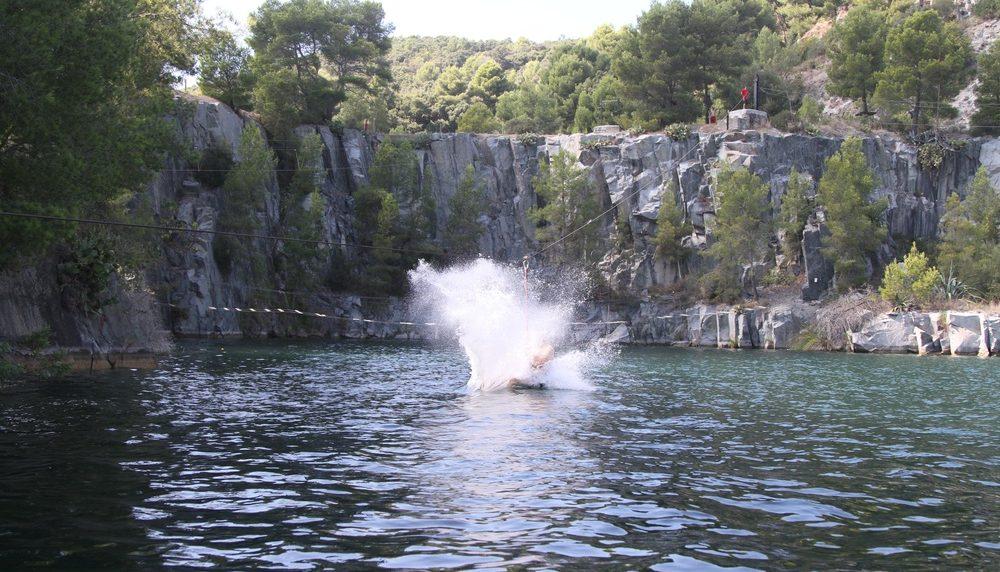 Parcours en tyrolienne aquatique au Dramont