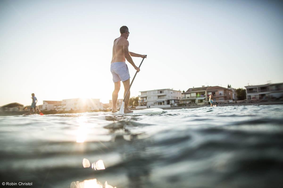 Cours de stand-up paddle sur la plage près de Montpellier