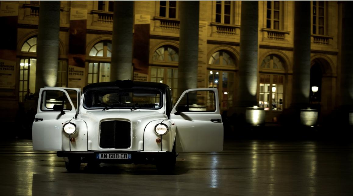 Visite insolite de Bordeaux la nuit dans un taxi londonien