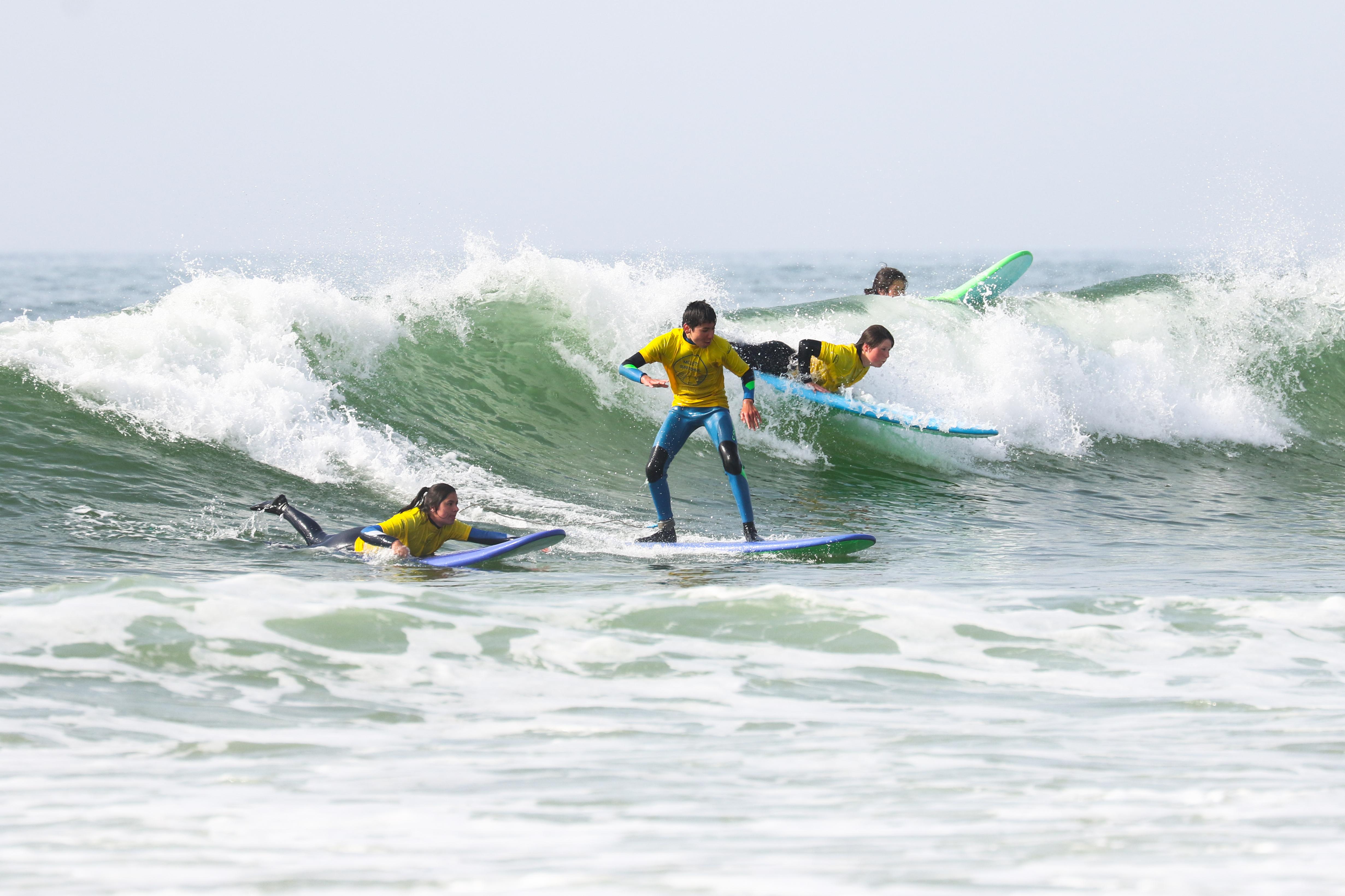 Surf sur les vagues de l'atlantique