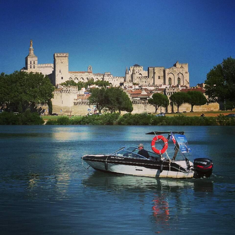 Balade romantique en bateau proche d'Avignon