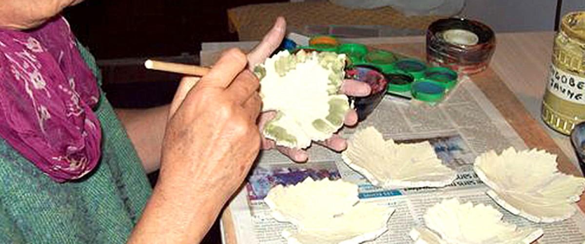 Apprendre à travailler l'argile avec une céramiste près d'Avignon