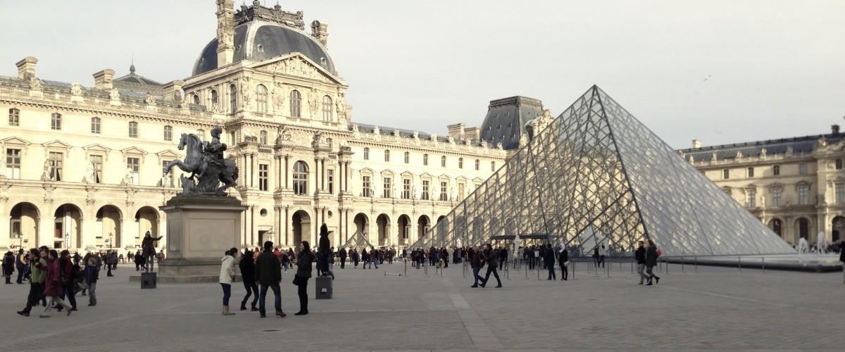 Séance photo personnalisée à la pyramide du Louvre