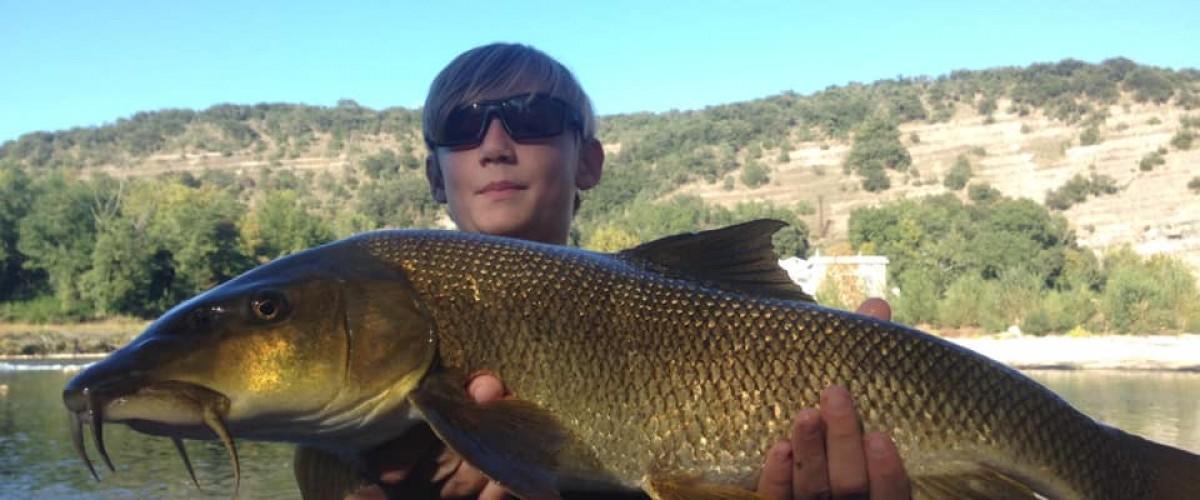 Randonnée-pêche dans la rivière de l'Ardèche