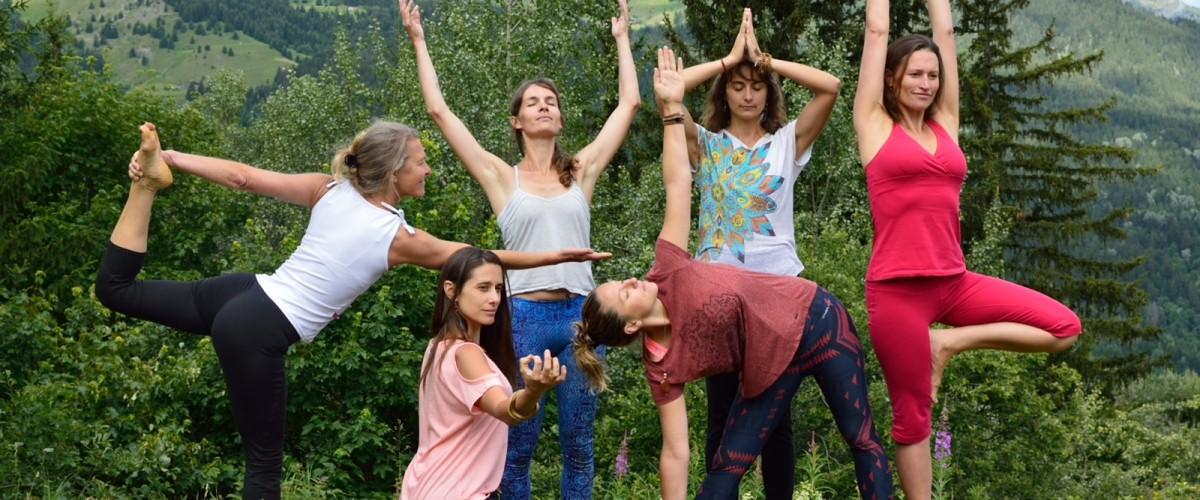 Cours de yoga face au coucher de Soleil à Méribel