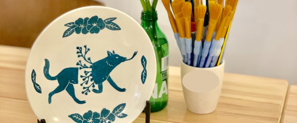 Atelier peinture sur céramique dans un céramicafé à Paris